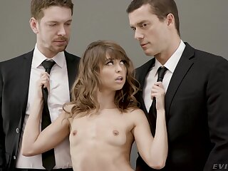 Young dame Riley Reid shines when screwing two studly men