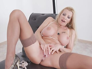 Seductive blonde carve Lara De Santis pleasures her cravings